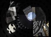 Pantheon Partendo dall'osservazione delle geometrie della cupola, ho reiterato la giustapposizione di particolari secondo un motivo circolare che trasforma l'iniziale realtà architettonica in una forma visiva autonoma. Il panorama così ottenuto invita non solo lo sguardo a decifrare gli elementi compositivi, ma sembra anche alludere alla forma stessa dell'occhio (oculus), con la circolarità dell'iride che abbraccia la pupilla. La fotografia sfugge al concetto univoco di rappresentazione, ma cerca di esprimere un concetto di forma/spazio, aiutandosi con i rapporti luce/ombra che del Pantheon sono elementi caratterizzanti.