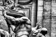 L'uso di un medio tele permette di stringere l'inquadratura e selezionare posture/espressività/dettagli, facendo così parlare le statue così come forse volevano gli artisti che le hanno scolpite. Il BW e la presenza di forti contrasti, scarsi mezzi toni danno sostegno alla mia percezione di materialità/durezza, di movimento/ritmo, di mistico/erotico, che queste statue evocano in me.  Photoshop CS6|Silver Efex Pro 2 Nikon D90|Nikon AF 80-200mm|157mm|640|f/3.2|ISO 400| Aperture priority|Matrix